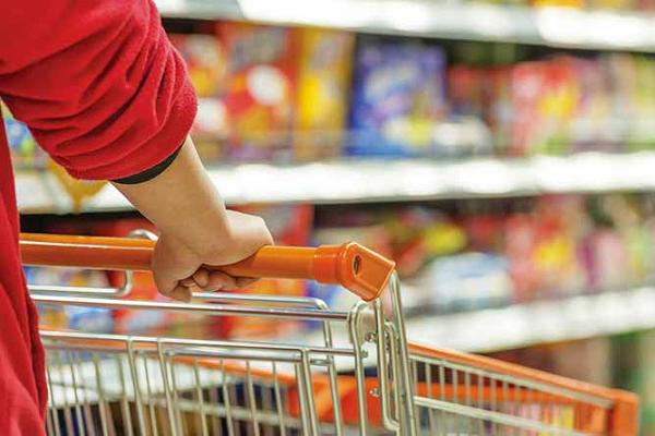 Intenção de consumo das famílias melhora em julho, diz CNC