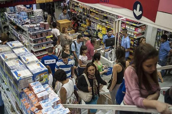 Mais brasileiros usarão 13º salário para compras neste ano, diz pesquisa