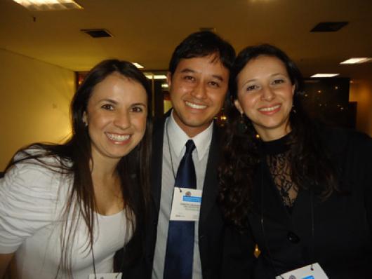 Cassiano Escudeiro (Ecolyzer) entre Daniele Bertasol e Mariana Storelli (Cosmotec)